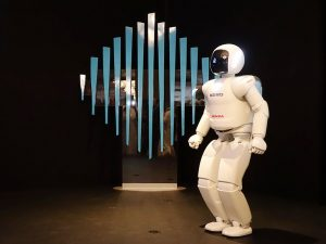ASIMO_on_Stage_in_Dubai_914x686